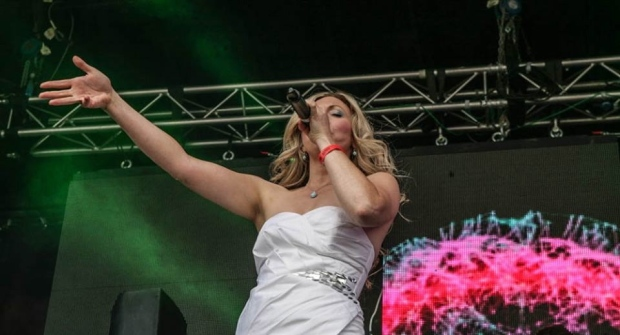 Jasmine June Singing at the Holi One Festival to a 15,000 strong crowd